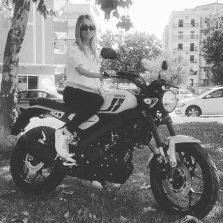 Nata per gli spiriti liberi.Tu lo sei? La nuova yamaha XSR125 elegante e leggera arriva a destinazione in brevissimo tempo. Il suo colore spicca entusiasmo, sicurezza e ottimismo, cattura l'attenzione di chi osserva. • #yamaha #xsr125 #moto #motoxsr125 #calabria #cosenza #trendymoto #yamahamotor #sportHeritage #FasterSons #yamahaxsr125 #yamahaxsr #Fastersonsfans