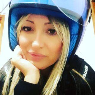 Passeggero in moto con il casco dei bambini 😥😣🤔😅 Il lato positivo? Il colore. • #moto #cascodieffe #casco #blu #raffaellabilotta